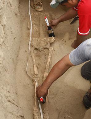 DÖNEM SOYGUNUNA UĞRAMIŞ AÇILMIŞ MEZAR ÖRNEKLERİ Female-Moche-sacrificial-victim