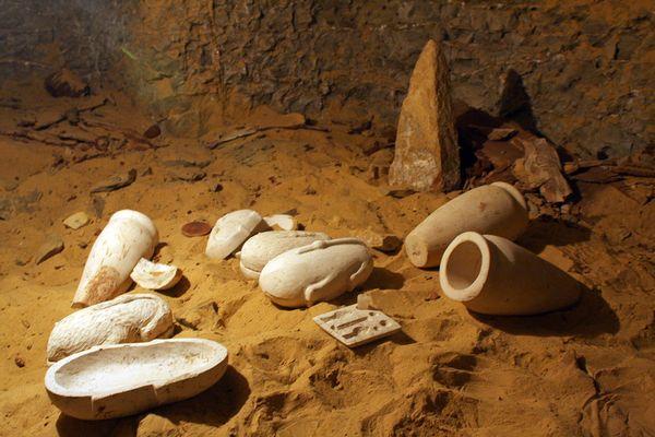 DÖNEM SOYGUNUNA UĞRAMIŞ AÇILMIŞ MEZAR ÖRNEKLERİ Limestone-jars-burial-shaft-under-false-door