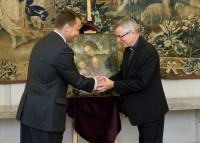 """Minister Radosław Sikorski hands Cranach """"Madonna"""" to Bishop Andrzej Siemieniewski"""