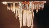برای بازگشت مجدد Regalia Blackfoot به Siksika Nation Blackfoot-buckskin-shirt.-Royal-Albert-Memorial-Museum-Art-Gallery.-200x114